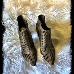 VINCE CAMUTO Levesna perforated Bootie Hunter Sz.8
